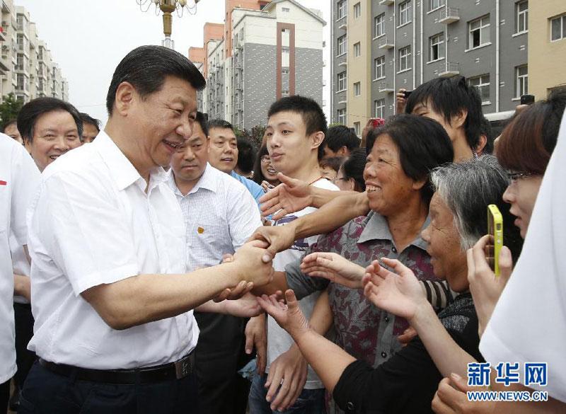 7月11日至12日,中共中央总书记、国家主席、中央军委主席习近平在河北省调研指导党的群众路线教育实践活动。这是习近平看望正定县塔元庄村村民并同他们亲切握手。新华社记者鞠鹏摄